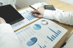 Revisorer undersöker företagets finanser för att förbereda affär royaltyfri bild