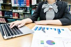 Revisorer undersöker företagets finanser för att förbereda affär arkivbild