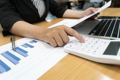 Revisorer undersöker företagets finanser för att förbereda affär arkivbilder