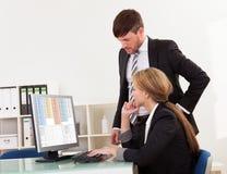 Revisorn som förklarar konto, bearbetar Arkivfoto