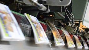 Revista compensada, proceso de costura del folleto almacen de metraje de vídeo