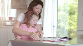 Revista de la lectura de la madre y de la hija almacen de metraje de vídeo