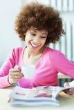 Revista de la lectura de la mujer en café Fotografía de archivo