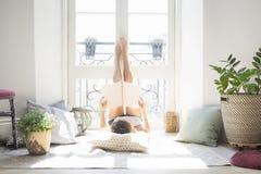 Revista de moda bonita joven de la lectura de la muchacha cerca de la ventana Foto de archivo libre de regalías