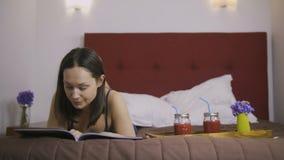 Revista de moda morena seria de la lectura en cama metrajes