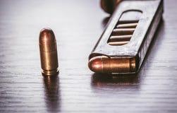 Revista del arma con las balas del calibre de 9m m Fotografía de archivo