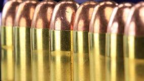 Revista las balas con cobre plateadas con en fila - concepto de control de armas alineado las barras de cobre amarillo almacen de metraje de vídeo