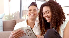 Revista lesbiana feliz de la lectura de los pares almacen de metraje de vídeo