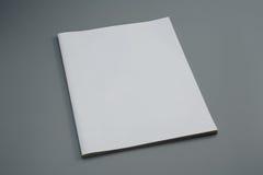 Revista usada maniquí en fondo gris imagen de archivo libre de regalías