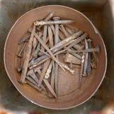 Revoltijo de clavos y de herramientas oxidados viejos de la mano Herramientas sucias oxidadas viejas de la mano foto de archivo libre de regalías