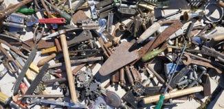 Revoltijo de las herramientas oxidadas viejas de la mano Herramientas sucias oxidadas viejas de la mano foto de archivo