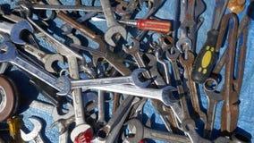 Revoltijo de las herramientas oxidadas viejas de la mano Herramientas sucias oxidadas viejas de la mano foto de archivo libre de regalías