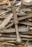 Revoltijo de los cubiertos del vintage en venta en el mercado callejero, Chiavari, I fotografía de archivo