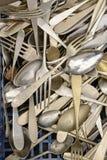 Revoltijo de los cubiertos del vintage en venta en el mercado callejero, Chiavari, Ital imágenes de archivo libres de regalías
