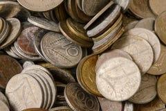 Revoltijo de monedas viejas en venta en el mercado callejero, Chiavari, Italia foto de archivo