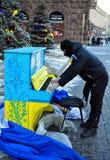 Revolutionär spielt das Klavier mitten in Khreschatyk Stockfoto