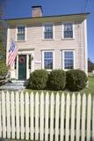 Revolutionäres Haus mit Palisadenzaun in der historischen Übereinstimmung, Massachusetts, Neu-England Stockfotos