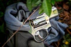 Revolver als bewijsmateriaal van misdaad Stock Afbeeldingen