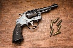 Revolver arrugginito della polizia militare anziana immagine stock
