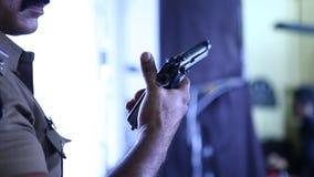 Revolver au plan rapproché de main de police banque de vidéos
