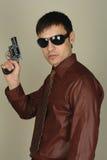 Revolver della holding dell'uomo Immagine Stock