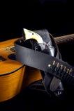 Revolver della pistola con la chitarra del Brown Immagini Stock