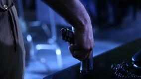 Revolver an der Polizeihandnahaufnahme stock video