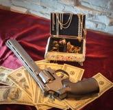 Revolver, gouden juwelen Russische misdadiger Stock Afbeelding