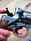 Revolver med hammaren som resas upp i hans hand Royaltyfri Fotografi
