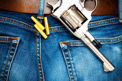 Revolver med kassetter på gammal jeans Arkivfoton