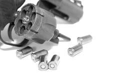 Revolver med kulnärbild som isoleras på vit bakgrund/det svartvita fotoet i en retro stil Royaltyfri Bild