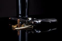 Revolver mit Munition auf Schwarzem Stockfoto