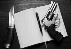Revolver- och jaktkniv Royaltyfri Foto