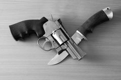 Revolver och kniv Royaltyfri Bild