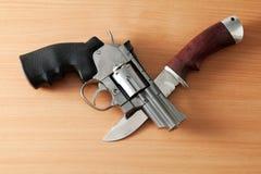 Revolver och kniv Fotografering för Bildbyråer