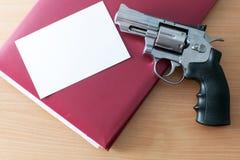 Revolver på tabellen Royaltyfri Foto