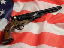 Revolver sulla bandiera americana Fotografia Stock Libera da Diritti