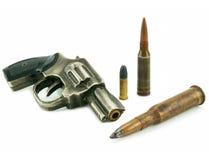 Revolver und Gewehrkugeln Stockbild