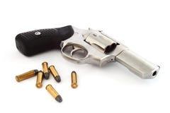 Revolver und Gewehrkugeln Lizenzfreie Stockfotos