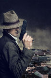 Revolverman i staden royaltyfri foto