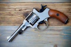 Revolverpistole mit dem Hammer gespannt Lizenzfreies Stockbild
