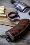 Revolverpistole mit Munition Stockbilder