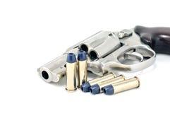 Revolvertryckspruta .38 millimeter och kulor Arkivfoto