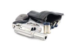 Revolvertryckspruta .38 millimeter och kulor och holster Arkivbild