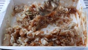 Revolvimiento de un pollo con la cena de TV del arroz metrajes