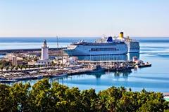 Revêtements de croisière dans le port de Malaga Image libre de droits