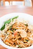 Revuelva los tallarines fritos con el camarón en restaurante tailandés imagen de archivo