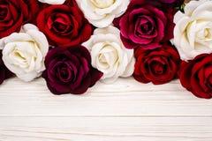 Rew artificial e rosas brancas no fundo de madeira Fotografia de Stock Royalty Free