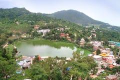 Rewalsar湖(Tso佩玛莲花)在Rewalsar镇,印度 免版税库存照片