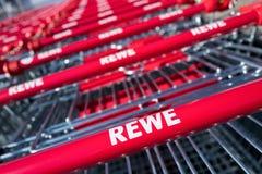 REWE-teken bij boodschappenwagentjes stock afbeelding